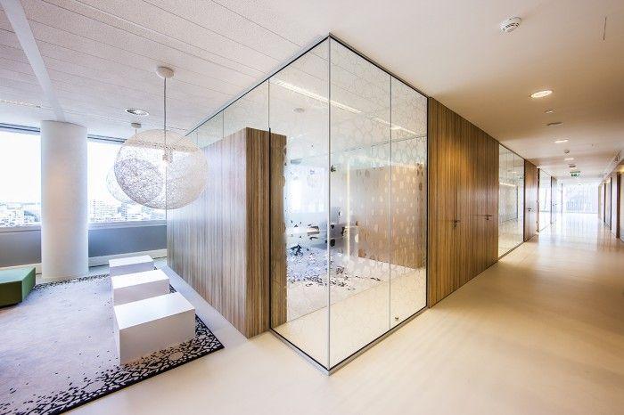 Q8 4 700x466 Q8s Benelux Headquarters vidrio y paneles de madera, con puertas