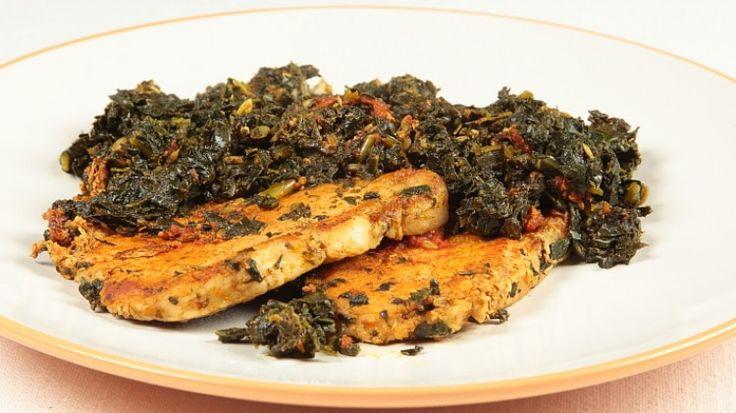 Ricetta Bistecche di maiale con il cavolo nero: Le bistecche di maiale con cavolo nero sono un secondo piatto saporito e speciale. Una preparazione rustica e di certo invernale, provate la ricetta!