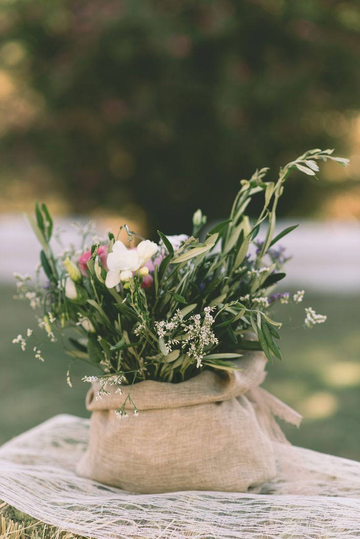 When burlap and flowers work together, the outcome is simple yet fabulous!  #burlap #flowers #decoration #flowerdecoration #elegant #simple #weddingplanning #dreamsinstyle