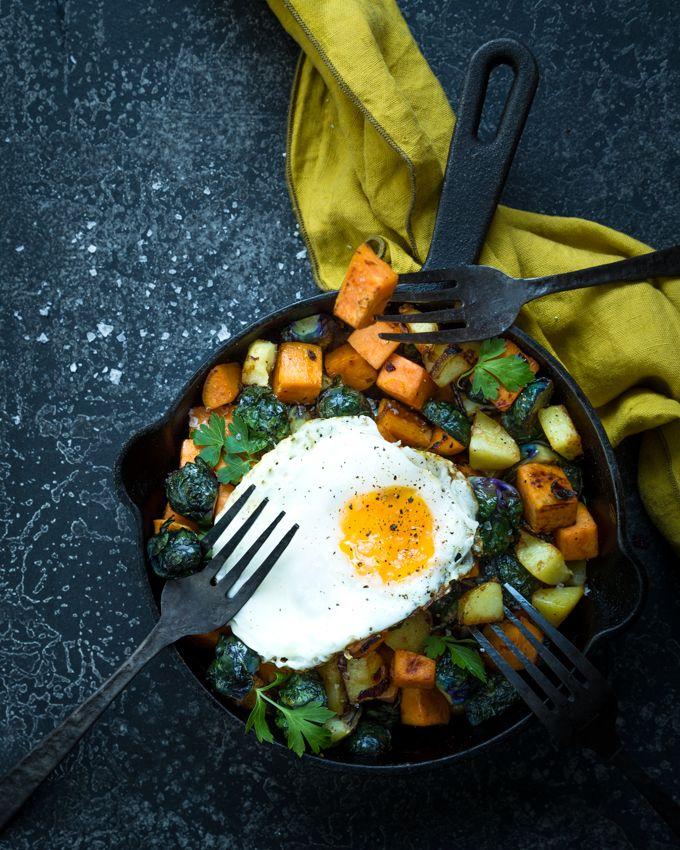 Sweet potato & Brussels sprout hash. http://www.jotainmaukasta.fi/2017/01/02/bataatti-ruusukaalipyttipannu/