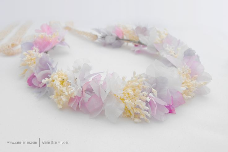Corona abierta para niñas con flores de gasa y flores secas.