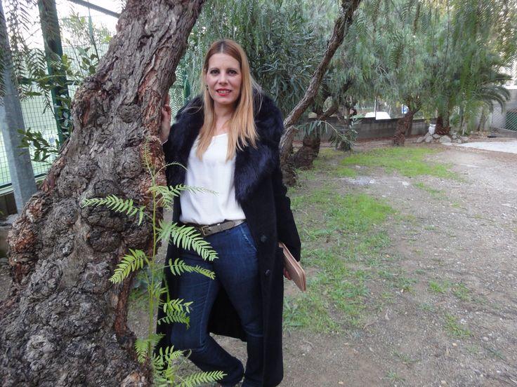 #abrigo de #piel #ante #negro de aire #seventies,#jeans oscuros y una #camisa de #seda de color #marfil, un #cinturón de color #oro #envejecido y unos #zapatos de piel del mismo color. http://siguemispasos.tiendaonlinebcn.es/seventies-coat/