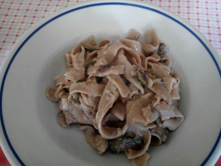 Tagliatelle di farina di castagne fatte in casa con sugo di zucchine e cipolle.