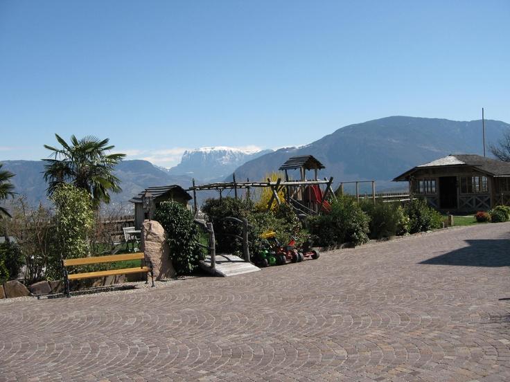 Kinderspielplatz mit dem Schlern im Hintergrund  www.huebenburg.com
