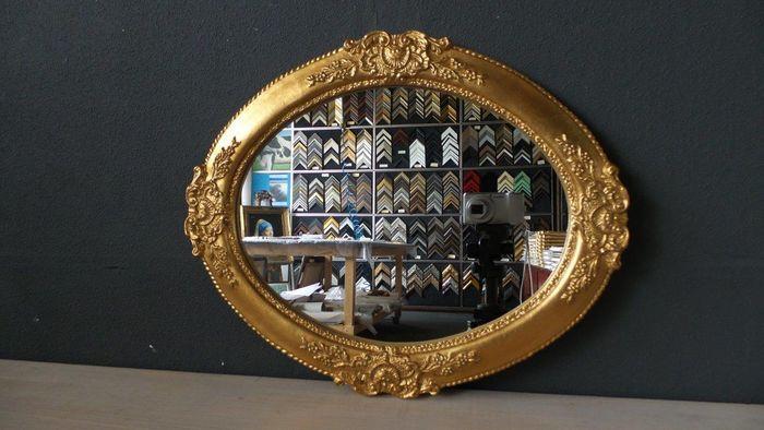 Venetiaanse ovale spiegel met ornament - hand verguld - goud kleurig  In perfecte staat verkerende Venetiaanse ovale spiegel met ornamenten in fraai bewerkte lijst Handmatig belegd met imitatie bladgoud(zie foto) en gepolijst bewerkt volgens traditionele poliment techniek fijn stukje handwerk.Buitenafmeting 39x49cmGlasmaat 30x40cmWord verzekerd verzonden  EUR 50.00  Meer informatie