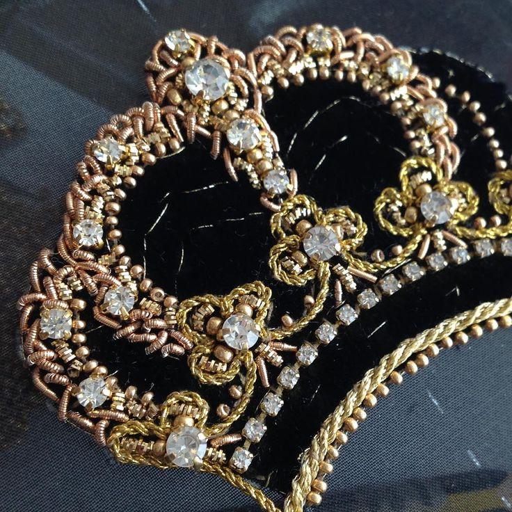 Процессы...форма наполняется содержаниемАвторская вышивка.В работе шелковый бархат,стразы,позолоченный бисер,шнуры,канитель,стразовая лента.#fashion #embroidery #вышивка #бархат #черный #золото #золотой #корона #бисер
