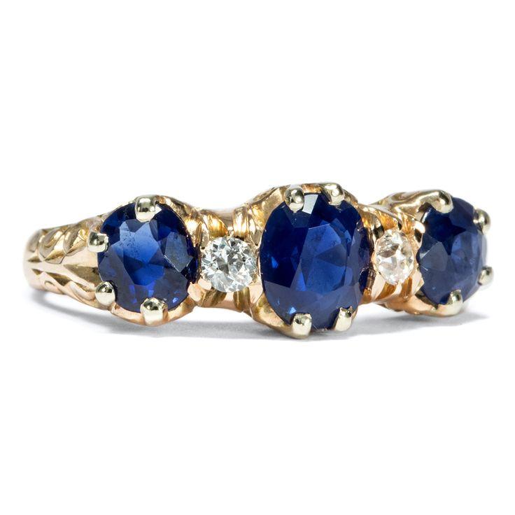 Es ist, was es ist, sagt die Liebe - Trilogie-Ring aus Gold mit Saphiren und Diamanten, England um 1900 von Hofer Antikschmuck aus Berlin // #hoferantikschmuck #antik #schmuck #Ringe #antique #jewellery #jewelry // www.hofer-antikschmuck.de