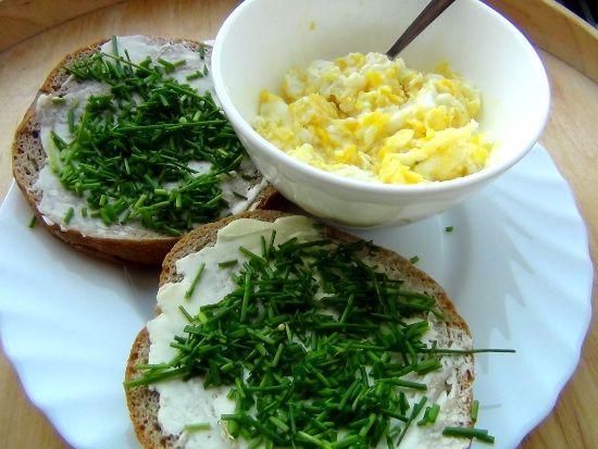 Takhle nějak vypadá snídaně někoho, kdo má rád pažitku :-) Zelené není nikdy dost.  www.varilamysicka.cz