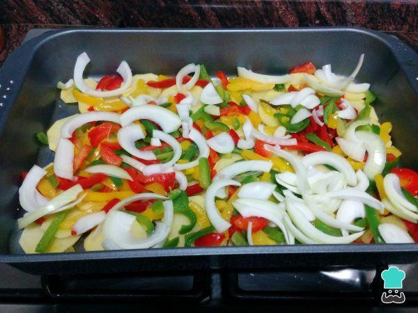 Merluza Al Horno Con Patatas Y Verduras Fácil Receta Pescado Con Verduras Recetas De Merluza Verduras