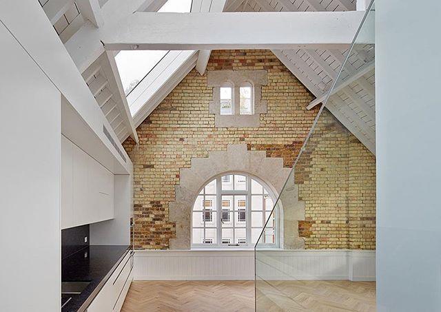 Armazém convertido em apartamento, em Londres, Inglaterra. Projeto por Emrys Architects. #arquitetura #arte #art #artlover #design #architecturelover #instagood #instacool #instadesign #instadaily #projetocompartilhar #shareproject #davidguerra #arquiteturadavidguerra #arquiteturaedesign #instabestu #decor #architect #criative #interiores #estilos #combinações #londres #inglaterra #emrysarchitects