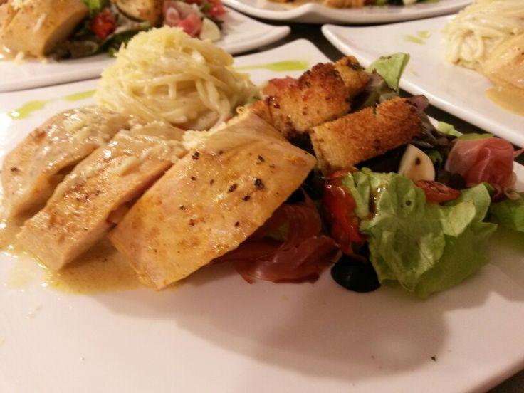 Pechuga de pollo al limon relleno de queso paipa / ensalda mediterranea / vermicelli al estragon