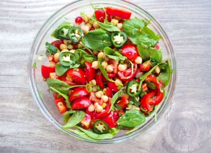 TOMATO, CHICKPEA AND SPINACH SALAD FOR HEALTHY SKIN