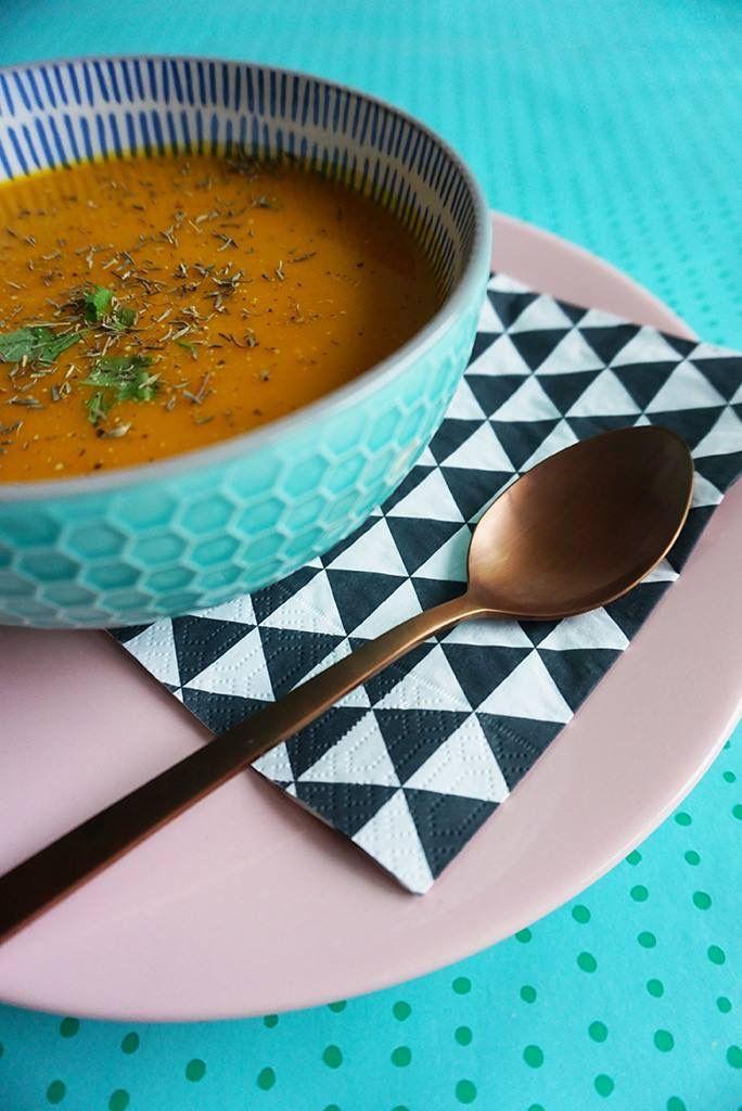Het recept voor een romige, fluweelzachte en knaloranje soep van wortel & pompoen: http://www.haremaristeit.nl/knaloranje-soep-van-wortel-pompoen/ 😋
