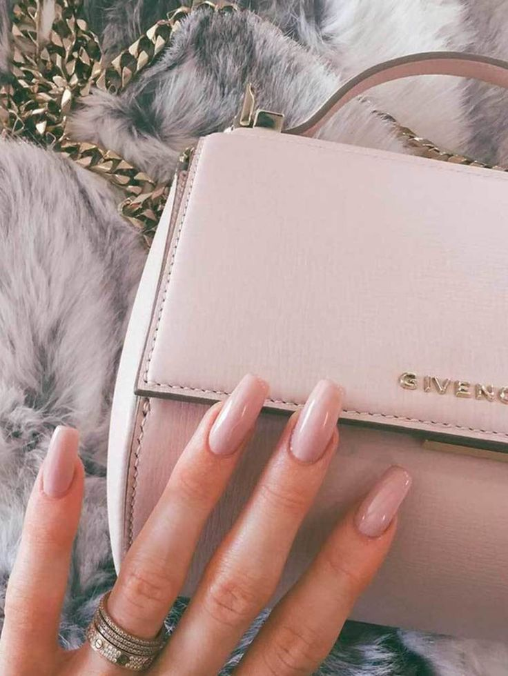 Kylie Jenner sfoggia unghie lunghissime e in tono con la borsa