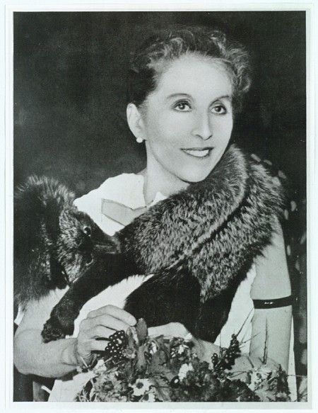 Karen Blixen (1885-1962). Dansh writer also known by her pen name Isak Dinesen. Blixen is best known for Out of Africa, her account of living in Kenya Books - English - books for women - http://amzn.to/2luWfCU