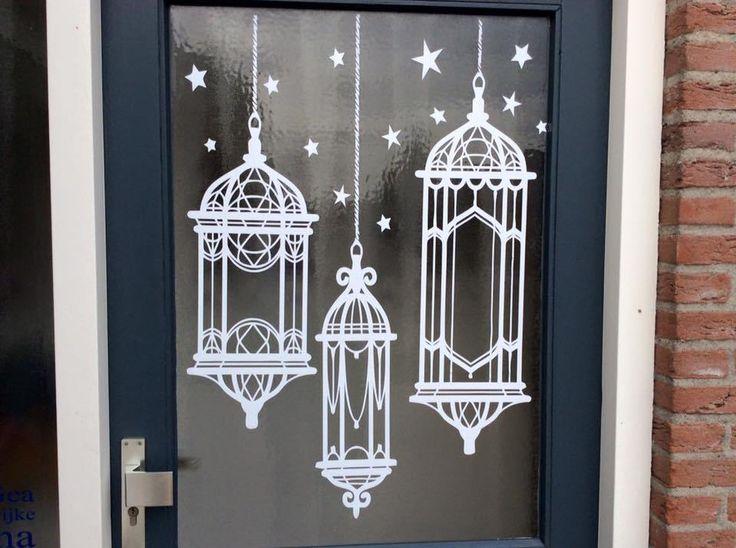 Hoi! Voor Sint Maarten had ik een leuke decoratie sticker op de deur geplakt. Van Jip en Janneke die met een lampion lopen. Erg leuk! Maar ja, Sint Maarten is weer voorbij, dus deze sticker had ik weer verwijderd. En als je dan een Silhouette hebt, kun je natuurlijk zo weer een andere sticker maken, …