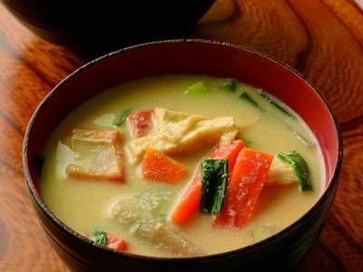 土井 善晴 さんの塩ざけを使った「かす汁」。かす汁の土台になるのは、塩ざけならではのうまみとコクです。具がたっぷりなので、おかずになる汁物です。少し煮詰まった翌日もまたおいしいですよ。 NHK「きょうの料理」で放送された料理レシピや献立が満載。