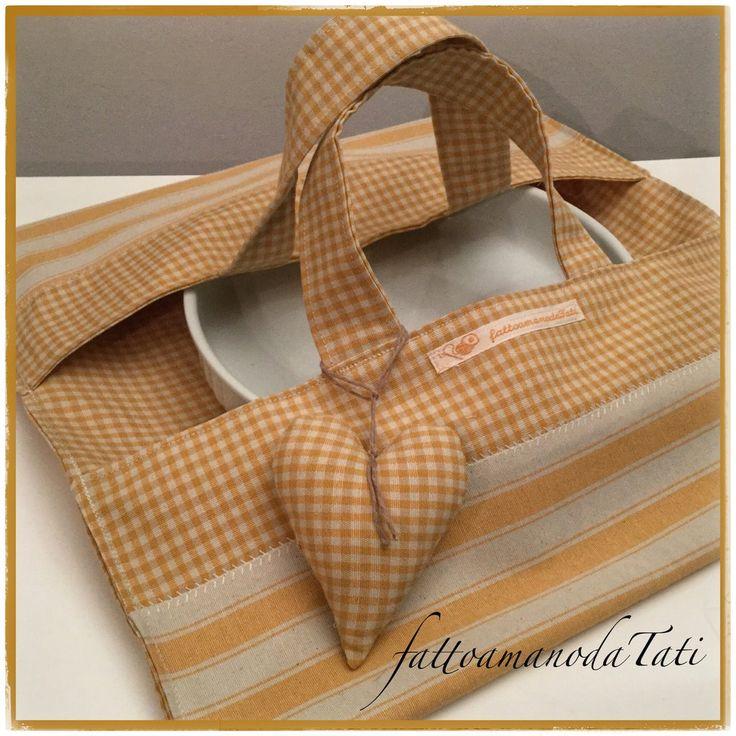 Porta torte in cotone a righe e quadretti gialli e beige con cuore imbottito