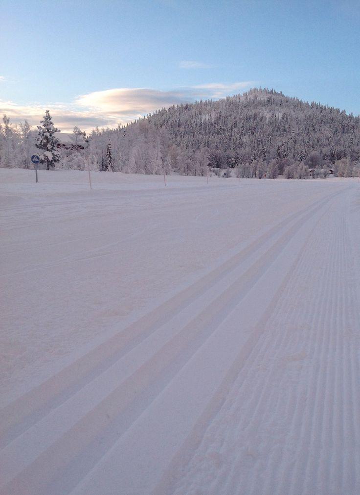 Paanat kunnossa! Latuaja hiihtelemhään kohti Kätkätunturia....