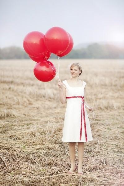 Lilli..  ..ist ein schlichtes, kurzes  Brautkleid, Hochzeitskleid aus Dupionseide mit Trägern in Empirelinie.   Das Oberteil des Brautkleides i...