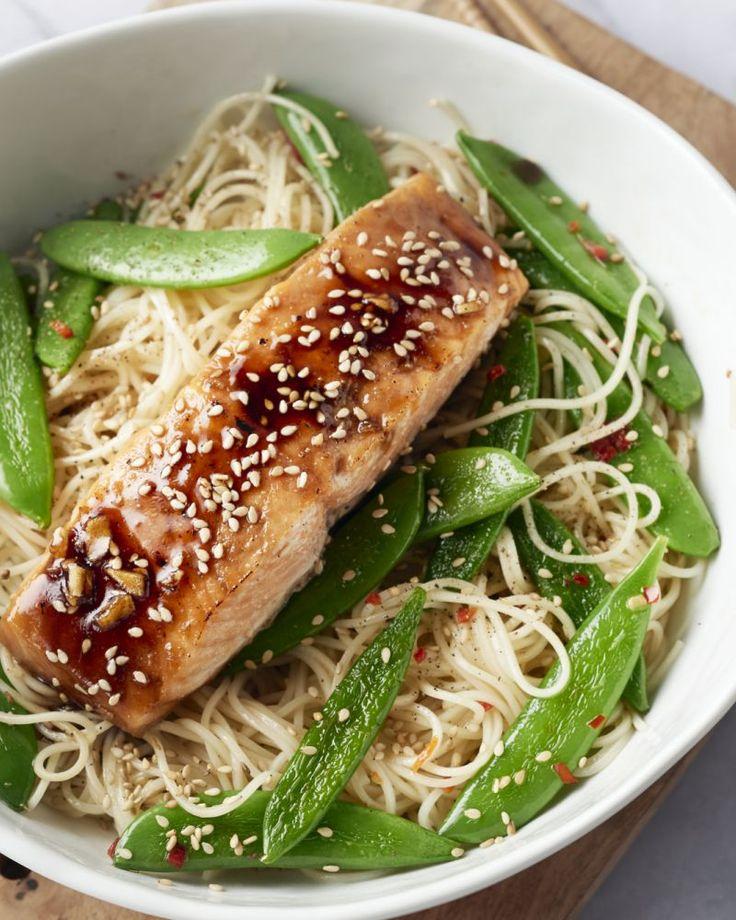 Teriyaki is een heerlijke Japanse saus voor bij vlees en vis, die je gemakkelijk zelf maakt. Heerlijk bij de zalm & krokante sugar snaps. Een Japans toppertje!
