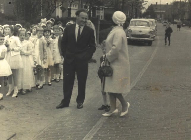 Communie jaren zestig echtpaar bekend, maar wie herkend de bruidjes?