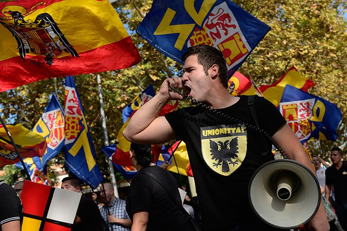 Ultra-right wing anti-separatist Catalans take part in a demonstration for the unity of Spain on the occasion of the Spanish National Day (Dia de la Hispanidad) in Barcelona on October 12, 2014 (AFP Photo / Josep Lago)
