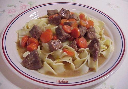 Boeuf aux carottes sur la cuisinière ou à la mijoteuse