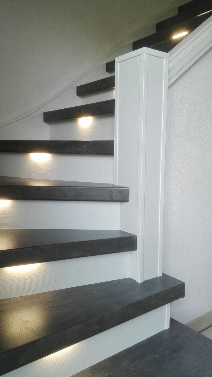 Ken jij de nieuwe interieurtrend betonlook al? Deze trap is bekleed met betonlook traptreden in combinatie met witte stootborden en ledverlichting.