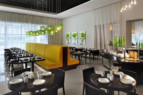 Ibis Deira City Centre  Description: Ligging: De naam zegt het al; het Ibis Deira City Centre is gelegen in het hart van het historische stadsgedeelte. Het Deira winkelcentrum één van de grootste winkelcentra in Dubai vindt u praktisch voor de deur! Verder gaat er een gratis shuttleservice naar het Beach Park. De internationale luchthaven van Dubai bevindt zich op ca. 5 minuutjes rijden. Faciliteiten: Het Ibis Deira City Centre is een modern 3-sterrenhotel dat beschikt over 365 kamers een…