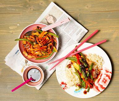 Enklare än så här blir det inte att laga asiatiskt. Fläskköttet steks med wokgrönsaker och teriyakisås och blandas sedan med kokta nudlar.