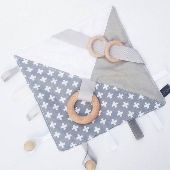 Crinkle Baby Blanket Taggy Taggie sensory grey par KawaiiDezigns