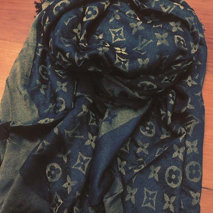 Chagaram as novas echarpes LOUIS VUITTON!  Escolha a sua!  www.replicasdebolsa.com.br