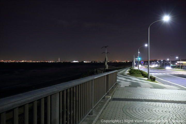 JR蘇我駅から車で20分。京葉線・海浜幕張駅からバス10分。 千葉県No1のデートスポット。 夕方から夜にかけて、東京湾が一望にできます。 ハドソン川からマンハッタン見てるよりきれいな気がします。 湘南・葉山がかっこいい街、になったのは、64年東京オリンピックでヨットの会場になったから。 幕張でも2020オリンピックでレスリング、フェンシング、テコンドが開催され、またサーフィン会場になるかもしれません。 2020年東京オリンピック以降は、おしゃれな街、というイメージが全国区になるかも。 美浜大橋で写真撮った後は夜景がきれいな高層ビルで夕食もいいかもしれません。