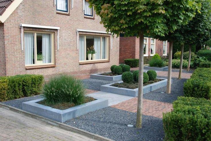 Een kleine voortuin omkaderen met een klein verhoogd stenen muurtje zoals in n van de - Luifel ontwerp voor patio ...