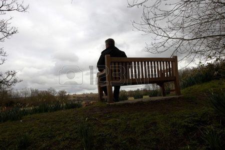 """""""Era bello quel fine di pomeriggio, e Pereira volle goderselo. Accese un sigaro e aspirò le boccate avidamente. Era seduto su una panchina che guardava il fiume e vicino a lui venne a sedersi un'accattone che con la fisarmonica gli suonò vecchie canzoni di Coimbra"""" (Antonio Tabucchi, Sostiene Pereira)"""