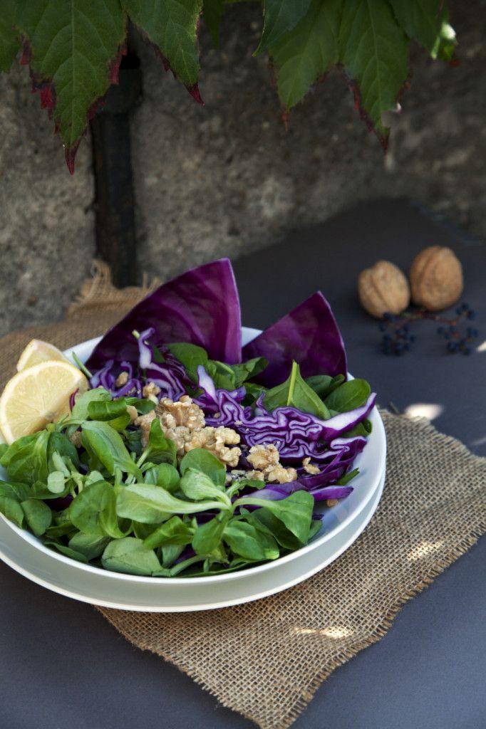 Herfstsalade met rode kool en veldsla - Een prachtige kleurige salade vol ijzer en vitamine C.