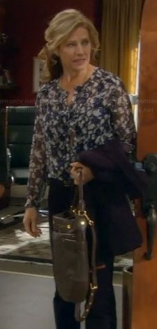 Vanessa's blue floral blouse, elbow patch blazer and black bag on Last Man Standing. Outfit Details: http://wornontv.net/21759/ #LastManStanding