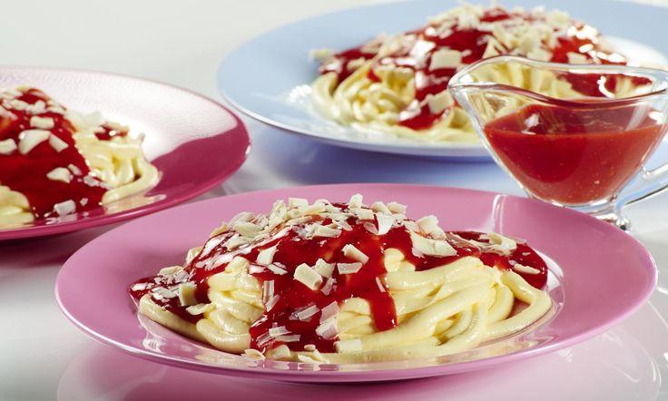 Spaghetti-Dessert mit Erdbeersoße für Kinder Rezept: Feine Paradiescreme mit Erdbeersoße - Eins von 7.000 leckeren, gelingsicheren Rezepten von Dr. Oetker!