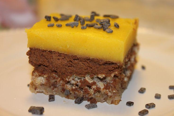 Dette er en variasjon av suksessterte som smaker nydelig. Kaken smaker best når den spises kald. Jeg oppbevarer den alltid i fryseren og tar den ut ca 30 minutter før servering.