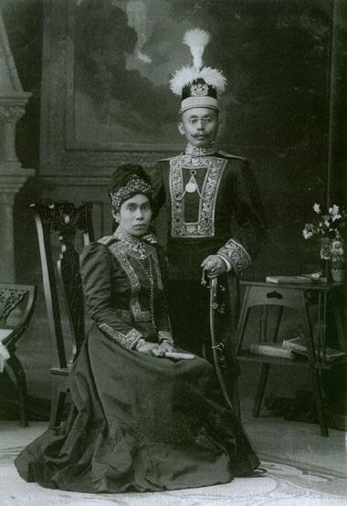 Aji Amir Hasanuddin (gelar Aji Pangeran Sosronegoro) dan isteri. Beliau adalah pendiri Mesjid terbesar di kota Tenggarong yang kini dikenal dengan nama Masjid Jami' Hasanuddin