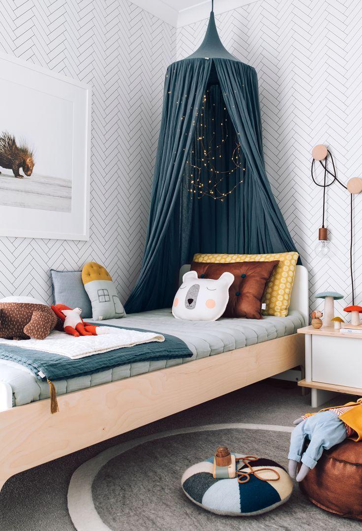 Donnez un esprit calme et reposant à votre chambre d'enfant avec ce bleu canard et une touche de dynamisme avec ces couleurs pop avec les détails (coussins) et ces imprimés graphiques (couette, papier peint)!