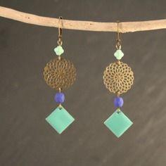 Boucles d'oreilles sequins émaillés losange vert turquoise et perles bleu néon et turquoise
