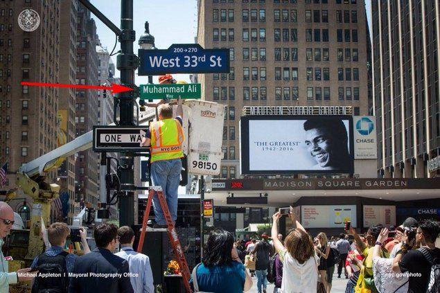 """Penghormatan untuk Sang Legenda Jalan di Kota New York Berganti Nama """"Jalan Muhammad Ali""""  [portalpiyungan.com] Sebuah jalan di area Madison Square Garden (MSG) New York berganti nama dengan """"Muhammad Ali Way"""" (Jalan Muhammad Ali) untuk menghormati sang legenda tinju dunia. Walikota New York Bill de Blasio Selasa (7/6) mengumumkan penggantian sementara nama West 33rd Street di sebelah arena Madison Square Garden tempat dimana delapan kali pertandingan tinju Muhammad Ali digelar di ibukota…"""