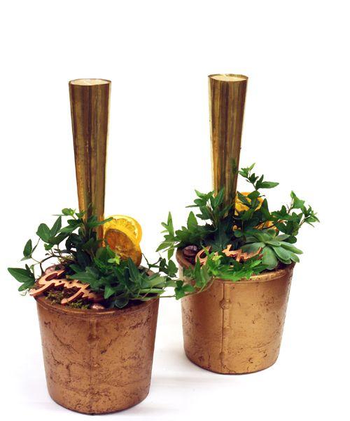 http://holmsundsblommor.blogspot.se/2014/12/arets-sista-julgrupper.html Kopparfärgade krukor och ljuskoner i guld med murgröna och apelsinskivor