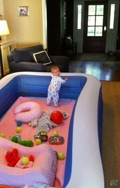Ein aufblasbarer Pool in der Wohnung, oder im eigenen Haus? Das ist der beste Life-Hack für Eltern und ihre Kinder, denn einen sichereren Spiel-Bereich kann man gar nicht kreieren, oder? | unfassbar.es