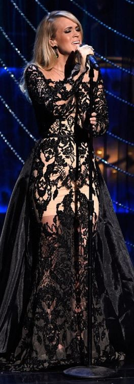 Who made Carrie Underwood's black lace gown and jewelry?