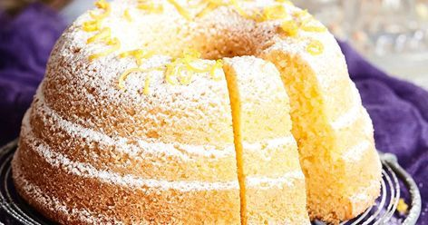 Mehevässä sitruunakakussa maistuvat sitruunamehu ja raastettu sitruuna. Kakku on helppo valmistaa ja se säilyy jääkaapissa pitkään hyvänä.