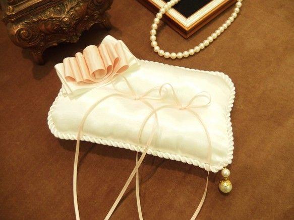 ホワイトとピンクの重ねづけダブルリボンをモチーフにしシンプルに仕上げたリングピローです。向かって右下には二連のコットンパールを装飾、華やかさを添えました。ピロ...|ハンドメイド、手作り、手仕事品の通販・販売・購入ならCreema。