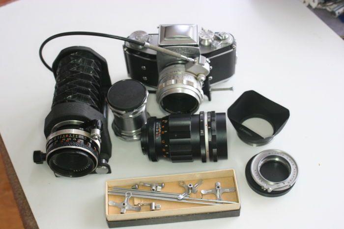 ExaktaVarex body ( 1954)  Bijzonder mooie set zowel camera als de macro balg en tussen ringen .de tweede doorzichtzoeker in de originele leren foedraal.Camera bouwjaar 1954 tweede versie.met sluitertijden van b-t-1/25-1/1000sec. Doorzicht zoeker mooi helder.lens is de auto-quinon 1:1.9 F 55 mm.Geen sporen van zwam .vrij uniek is het complete doosje met de afstand staafjes voor het bedienen van het diafragma van de lens op de macro balg. De draad ontspanner is een goed voor onbewogen fotos te…